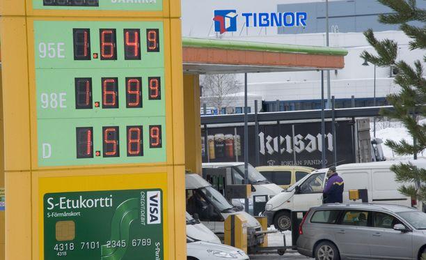 Pienet bensakauppiaat ovat syyttäneet S-ryhmää hintasodasta. ABC siirtyi maaliskuun alusta tankkausbonusjärjestelmään. Periaatteena on, että mitä enemmän keskittää ostoksiaan S-ryhmään, sitä enemmän polttoaineostoista saa tankkausbonusta.