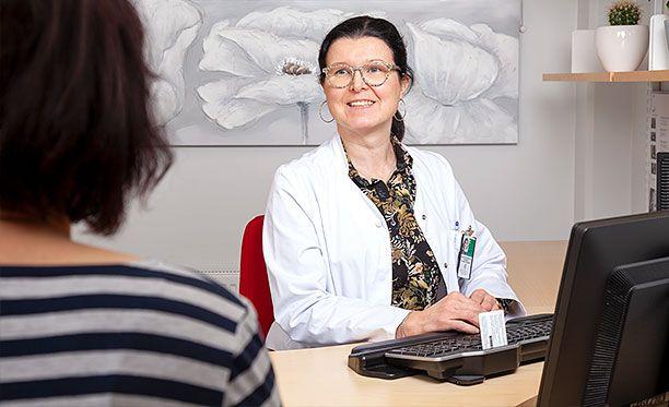 Työhön liittyvissä sairaustapauksissa työntekijä tulee aina ohjata omalle työterveyslääkärille, neuvoo Kainuunmeren Työterveys Oy:n vastaava työterveyslääkäri Satu Suorsa-Peltonen.