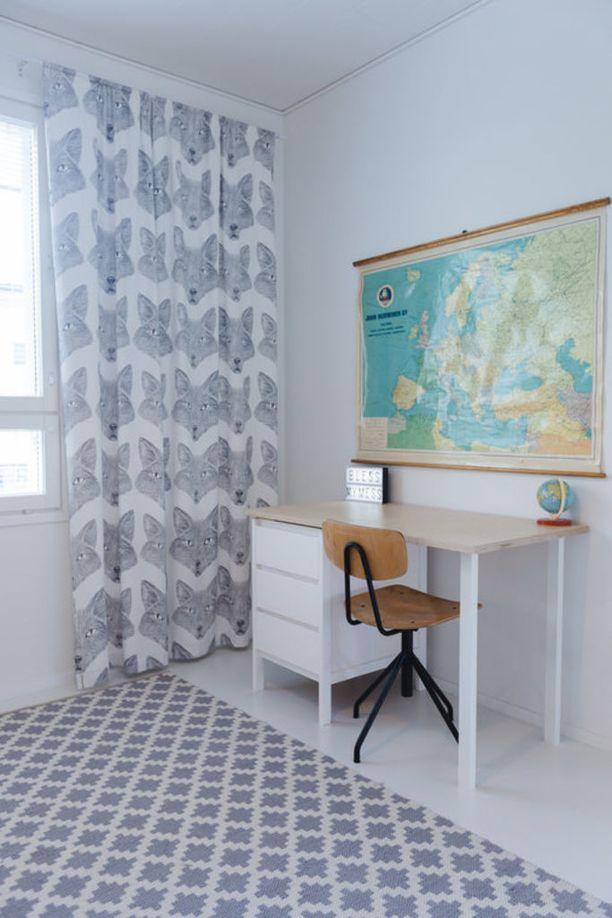 Vaalean sisustuksen huomiopiste on tässä skandinaavisessa huoneessa värikäs maailmankartta. Jos matkat ja maantieto kiinnostaa, maailmankartta on nappivalinta.