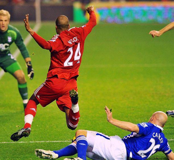 Tästä David Ngog'n loikasta nousi kohu. Evertonin Lee Carsley ei osunut hyökkääjään, mutta ranskalainen kaatui silti.