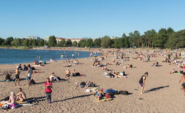 Nyt kannattaa rientää rannalle, jos pitää lämpimissä uimavesissä polskimisesta. Kuvituskuva.