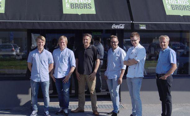 Friends & Brgrs -ravintolan omistajat ja perustajat toivovat luovansa Suomeen uudenlaisen hampurilaisketjun.