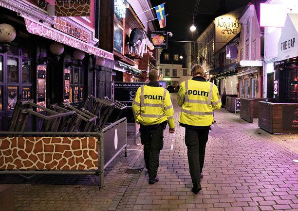 Poliisipartio vahtimassa Aalborgissa sitä, että ravintolat ja huvittelupaikat sulkevat ovensa klo 22.