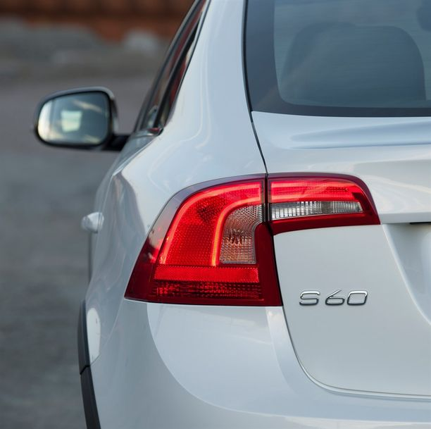 Volvo S60 -omistajille kolahtanee elokuun aikana kutsukirje viallisen turvavyöosan vaihtoon.