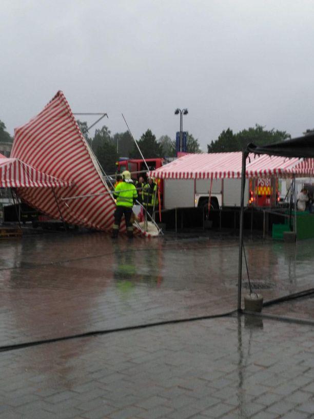 Päivö on paiskonut telttoja nurin Kuopion torilla.