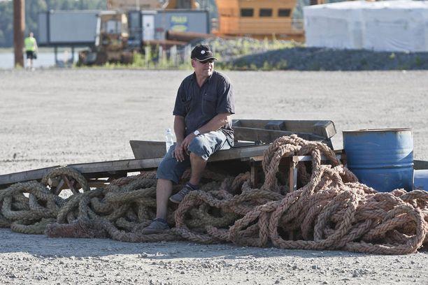 Stunt-mies Grazy Mike istuu, ja suunnittelee hyppyään tämän rampin päältä.