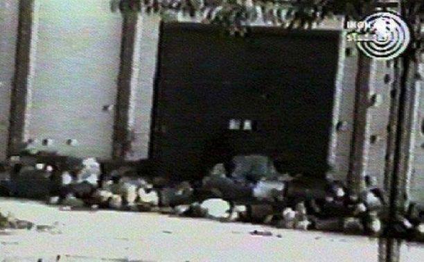 Teloituksen jälkiä Srebrenicassa vuonna 1995. Miesten ruumiit jätettiin lojumaan kadulle.