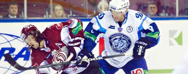 Jere Karalahti (oik.) otti syksyllä 2011 Dinamo Minskin paidassa mittaa Dinamo Riiasta.