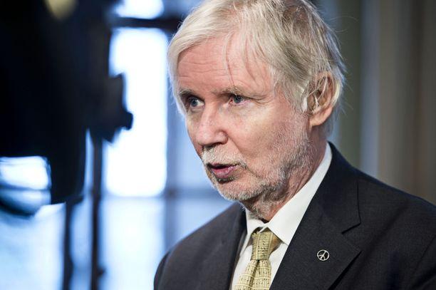 """Erkki Tuomiojan ja Seppo Kääriäisen mukaan """"ulko- ja turvallisuuspolitiikan linjausten takana on laajempi ymmärrys ulko- ja turvallisuuspolitiikan kokonaisuudesta kuin mitä artikkelin kirjoittajat ovat osanneet nähdä""""."""