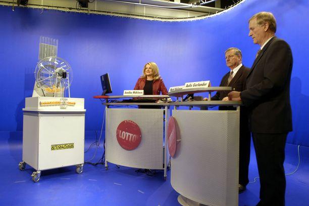 Vielä 70-80-luvuilla arvonnan suorittivat lottotytöt. Sittemmin titteli muuttui lottosihteeriksi. Vuonna 2004 suoritetussa arvonnassa lottosihteerinä toimi Annika Mäkinen ja virallisina valvojina Aulis Gerlander (etualalla oikealla) ja Matti Backman (keskellä).