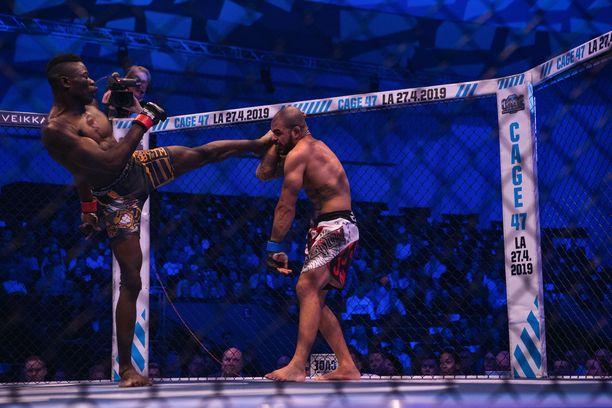 Edward Walls (vasemmalla) kärsi viime helmikuussa tappion Denis Silvalle. Ratkaisu tuli tuomarien hajaäänituomiolla.