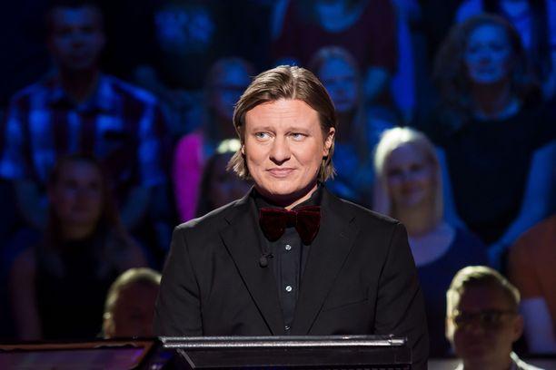 Juontaja Jaajo Linnonmaa esitti hämeenlinnalaisille tytöille kiperän kysymyksen.