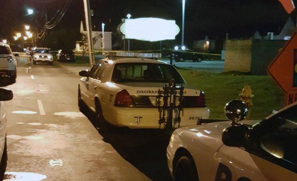 Poliisiautoja yökerhon edessä.