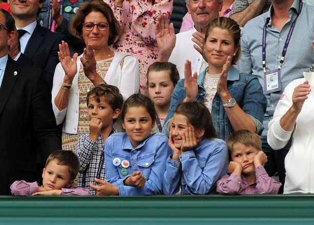 Roger ja Mirka Federerin lapset nojaavat kaiteeseen. Kuvan keskellä tytöt, pojat ovat reunoissa.