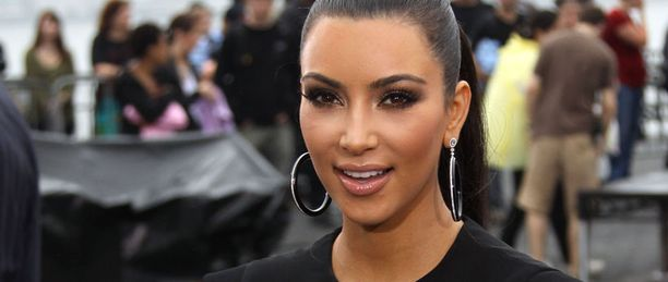 Kim Kardashian saa olla tyytyväinen sileään takapuoleensa - ainakin muotikuvissa.