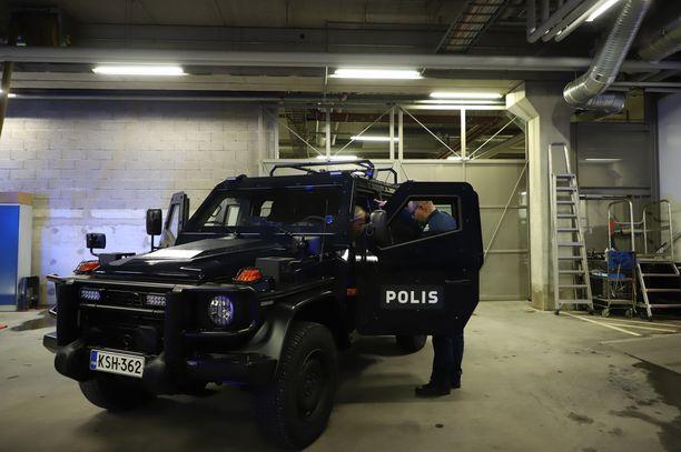 Autossa on irrotettavat poliisiteipit ja tumma väritys. Maavara on korkea.