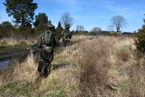 Kun käsky kävi, suomalaisjoukkue siirtyi vauhdilla paikasta toiseen. Kuvassa etualalla Anssi Pöyry, jonka edessä Samu Tiltti.