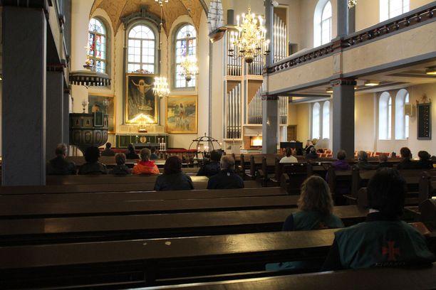 Kalajoen kirkon ovet pidettiin auki hiljentymistä varten lauantaina.