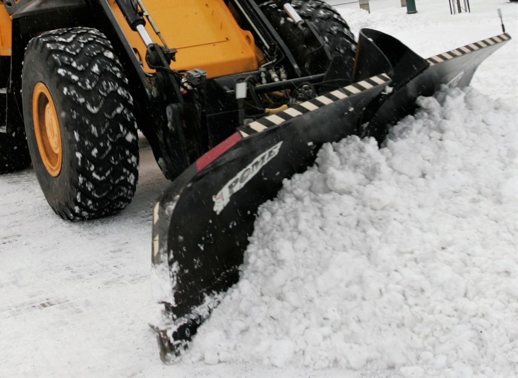 Poliisikoira hyökkäsi lumenauraajan kimppuun Hämeenlinnan poliisitalon pihalla - verta vuotavat haavat reiteen ja käteen, kaksi viikkoa sairauslomaa