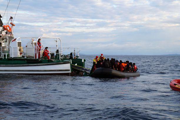 Frontexin alus pelastaa pakolaisia kansainväliseltä vesialueelta läheltä Lesboksen saarta Kreikassa. Kuva maaliskuulta 2016.