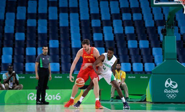 Espanja ja Nigeria aloittivat Rion koripalloturnauksen alkulohkon ottelunsa tyhjien katsomoiden edessä.