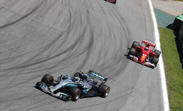 Valtteri Bottas (vas.) yrittää alkavallakin kaudella ajaa karkuun Kimi Räikköseltä.