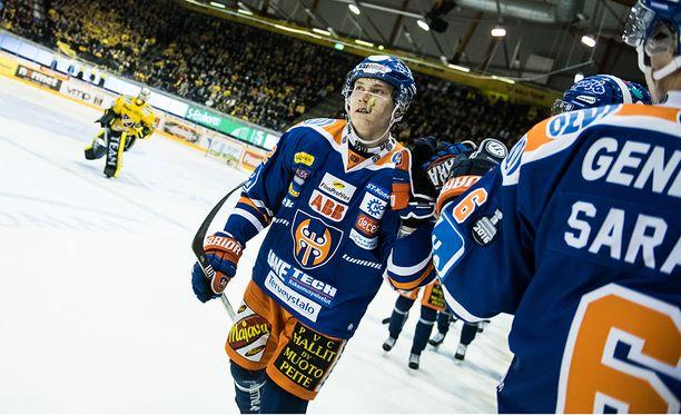 Tapparan Sebastian Repo tuulettaa, KalPa-vahti Eero Kilpeläinen luistelee vaihtoon.