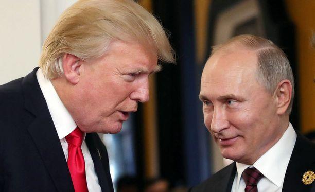 Donald Trump ja Vladimir Putin tapaavat Presidentinlinnassa.