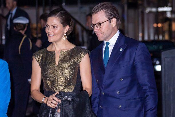 Kruununprinsessa Victoria ja prinssi Daniel vai rouva ja herra Nilsson? Tai kenties Anderssonit?