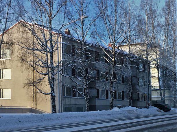 Tässä Lempääläntien varren talossa sijaitseva asunto oli sytytetty tuleen. Asunnosta löytyi kaksi vainajaa.