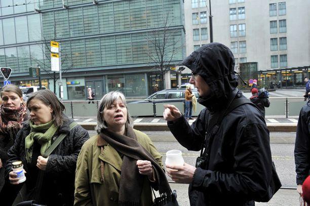 Ex-kansanedustaja Arja Alho (sdp) oli mukana Meksikon Helsingin-lähetystön edustalla järjestetyssä mielenosoituksessa.