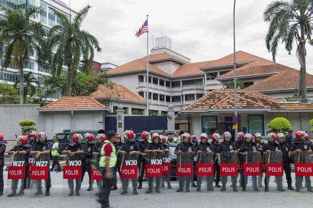 Mellakkapoliisien rivistö valvoi USA:n lähetystöä. Mielenilmauksessa protestoijat päätyivät kosketuksiin poliisien kanssa, mutta tilanne sujui rauhallisesti.