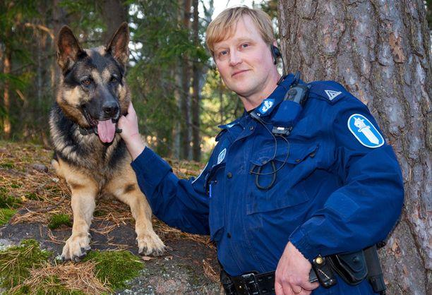 Ari Yliselä on työskennellyt poliisikoirien kanssa jo parikymmentä vuotta.