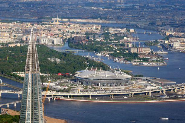 Etualalla Lakhta-torni, takana jalkapallostadion jolla oteltiin viime kesän MM-kisoissa.