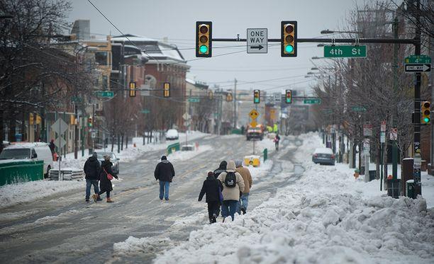 Philadelphiassa on jouduttu tallustamaan lumen seassa.