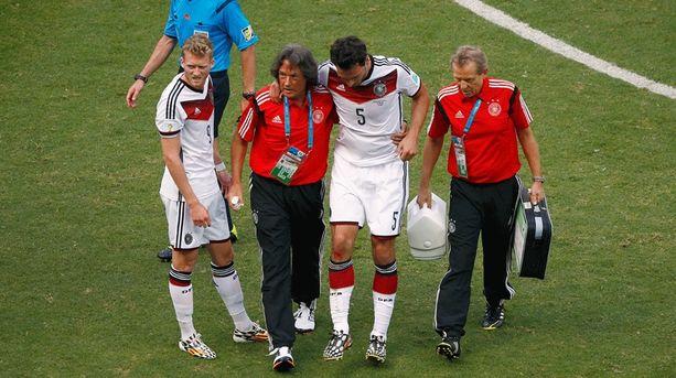 Mats Hummels jouduttiin auttamaan pois kentältä.