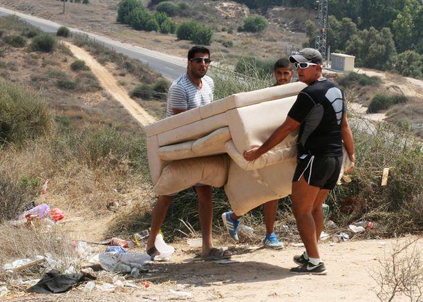 Sderotin asukkaat valmistautuivat katselemaan pommituksia ja kantoivat sohvaa näköalapaikalle.