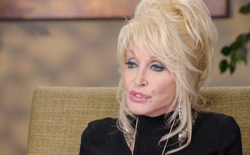 """Dolly Parton, 74, pyrkii Playboyhin - ei vanhene ollenkaan: """"Näytän niin nuorelta kuin mihin plastiikkakirurgit pystyvät"""""""