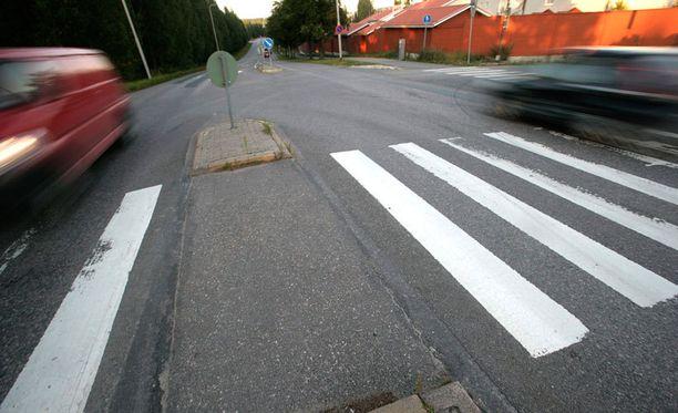Liikenneturvan toimitusjohtaja parantaisi suojateiden turvallisuutta muun muassa korotetuilla tai kavennetuilla suojateillä, tiedotuksella ja tehostamalla valvontaa.
