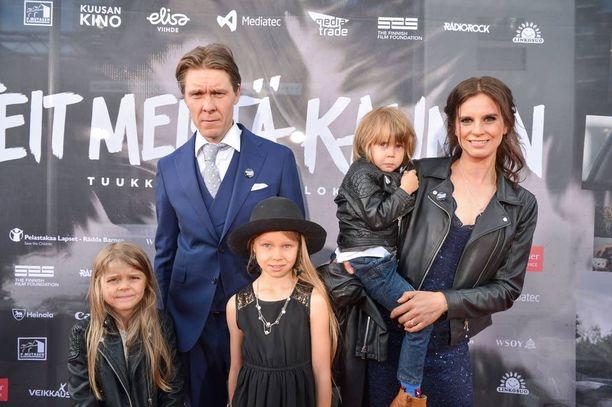 Tuukka ja Olga Temonen edustivat punaisella matolla suloisten lastensa kanssa.