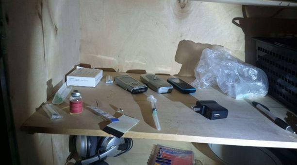 Muuhun varustukseen kuului muun muassa kännyköitä sekä ruiskuja.