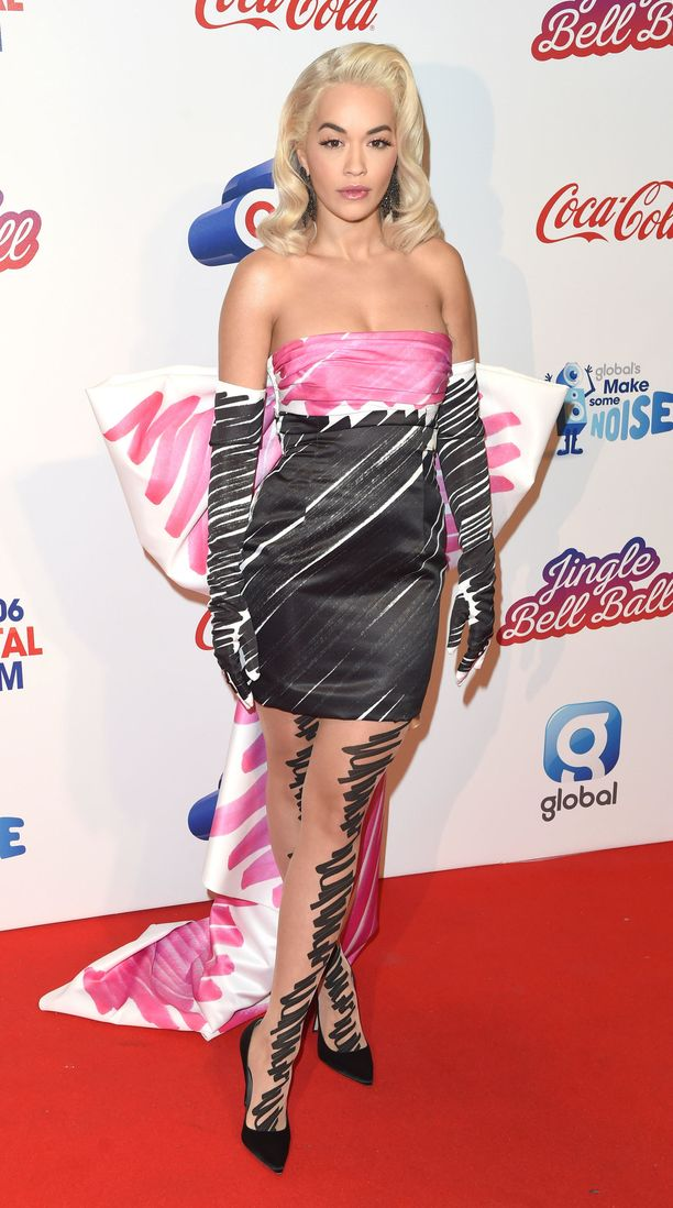 Rita Ora Moschinon sarjakuvamaisessa cocktail-mekossa Capital Jingle Bell Ball -gaalassa Lontoossa.