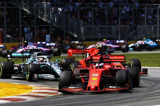 Sebastian Vettel (edessä punaisessa) oli kovassa vedossa Kanadassa.