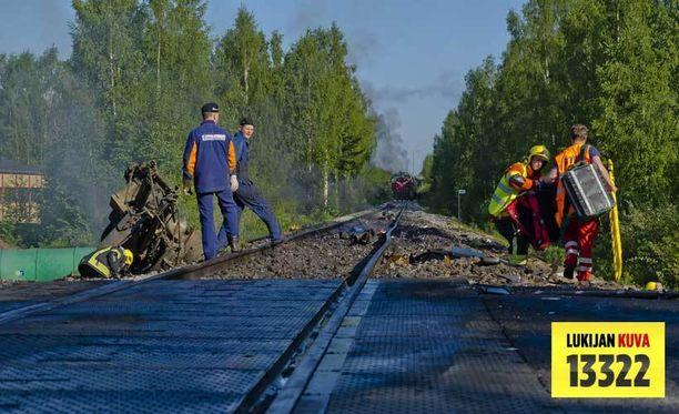 Kuorma-auto hajosi törmäyksen voimasta ympäri raiteita.