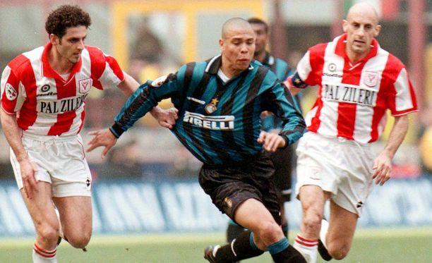 Parikymppinen Ronaldo kylvi kauhua 1990-luvun lopulla muun muassa Interin paidassa. Hänen pysäyttämisensä sallituin keinoin oli toisinaan täysin mahdotonta.