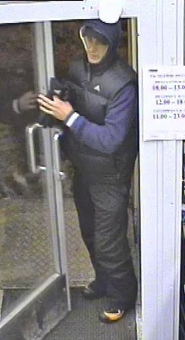 NÄITKÖ HÄNET? Poliisi etsii kuvan miestä ryöstöstä epäiltynä.
