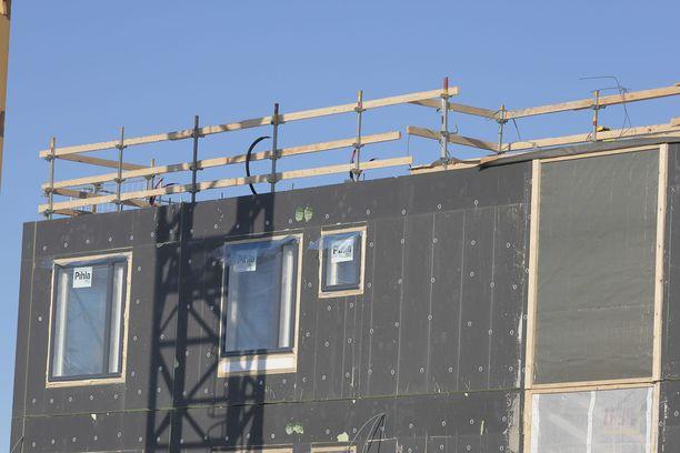 Vantaan kaupunki kertoi lauantaina, että Vantaalla sijaitsevalla rakennustyömaalla on todettu 43 koronatartuntaa parin viikon sisällä. Arkistokuva kerrostalon rakennustyömaalta Joensuusta viime kesältä.