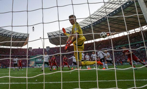 Kaksi ensimmäistä Bayernin laukausta livahti Lukas Hradeckyn taakse.