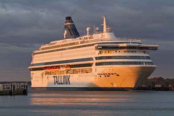 Silja Europalla liekehti keskiviikkoiltana matkustajahytin matto, jonka miehistö sammutti.