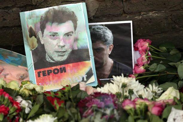Boris Nemtsovin valokuva, kukat ja kynttilät koristavat Venäjän suurlähetystön edustaa Lontoossa.